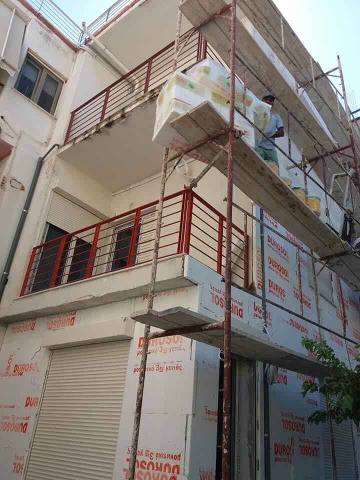 Τοποθέτηση θερμομονωτικού υλικού για την εφαρμογή συστήματος εξωτερικής θερμομόνωσης σε πολυκατοικία στη Γλυφάδα.
