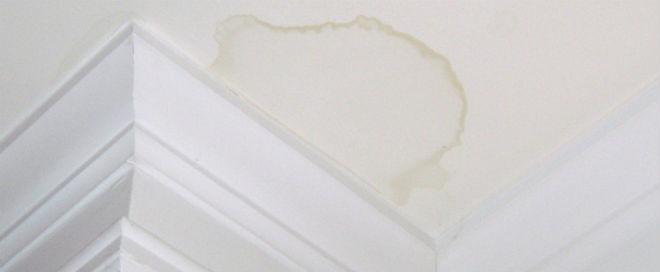 Πρόβλημα με υγρασία στο ταβάνι που παρουσιάστηκε σε σπίτι.
